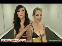 Blonde attachée et baisée par une transsexuelle ténébreuse