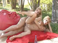 Une tran défonce une superbe blondasse autour de la piscine