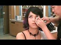 Jeune transsexuel vous invite à voir comment il se refait une beauté