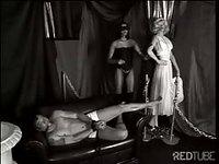 Caressée par son prisonnier volontaire elle jouit à fond
