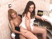 Brunette se fait enculer sur les toilettes