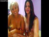 Deux jeunes coquines profitent de la webcam