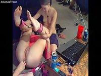 Deux dominatrices shemales soumettent une jeune fille